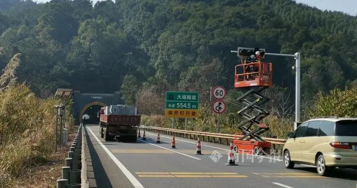 桂柳高速公路大端隧道桂林往柳州一侧维护,只留一条车道通行