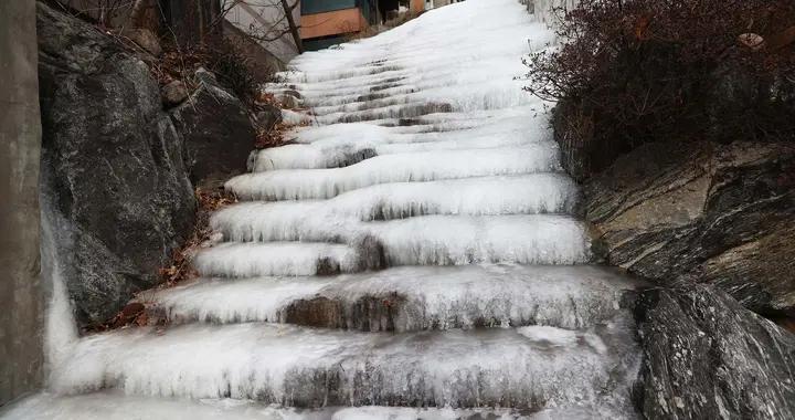 """韩国首尔住宅区楼梯被冻变""""冰瀑"""""""