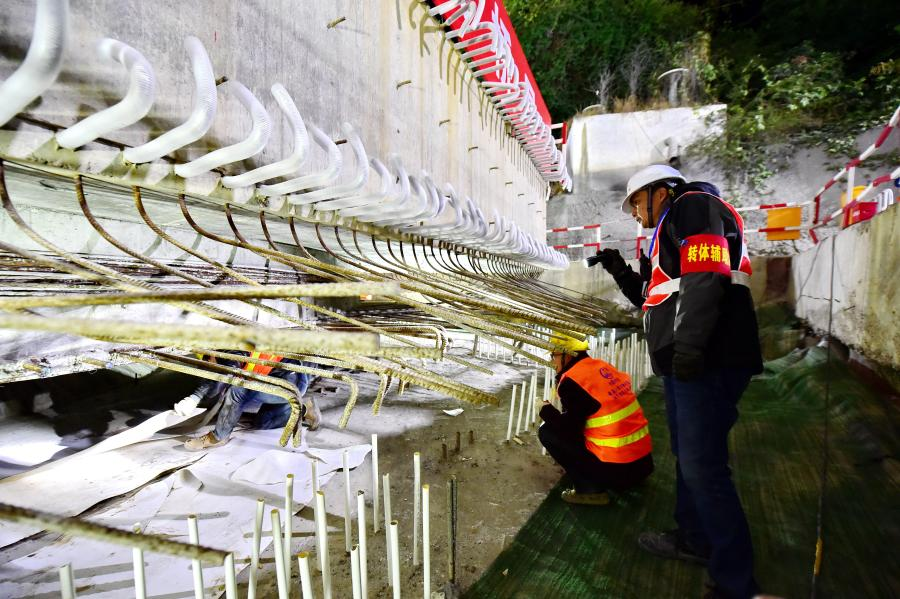 Technicians work at the construction site of the swivel of a huge girder for a grand bridge of the Fuzhou-Xiamen high-speed railway at Qingkou Town of Minhou County, southeast China's Fujian Province, Jan. 12, 2021. The 14,500-tonne girder, a part of the 896-meter grand bridge, was successfully swiveled to the targeted position on Tuesday. (Xinhua/Lin Shanchuan)