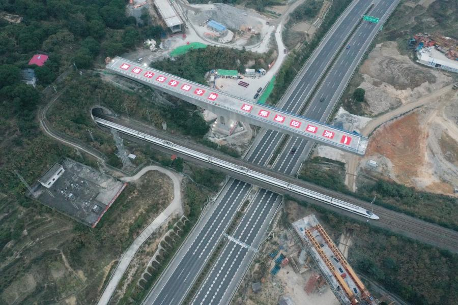 Aerial photo taken on Jan. 11, 2021 shows the construction site of the swivel of a huge girder for a grand bridge of the Fuzhou-Xiamen high-speed railway at Qingkou Town of Minhou County, southeast China's Fujian Province. The 14,500-tonne girder, a part of the 896-meter grand bridge, was successfully swiveled to the targeted position on Tuesday. (Xinhua/Lin Shanchuan)
