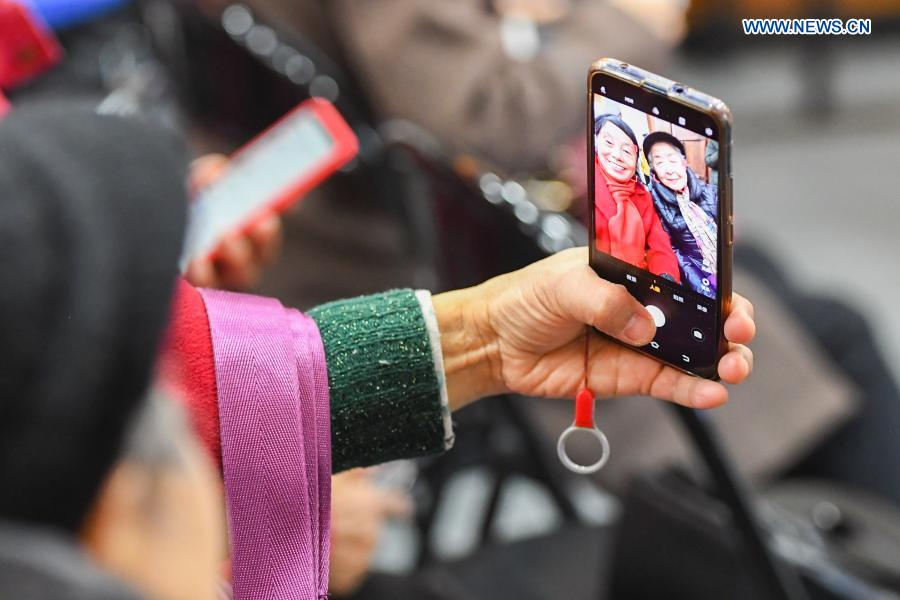Elders learn to use smartphone to take selfie at Xiajiachong community in Tianxin District of Changsha City, central China's Hunan Province, Jan. 12, 2021. The community has invited volunteers to teach the use of smartphone to elders, helping them keep pace with modern society. (Xinhua/Chen Zeguo)