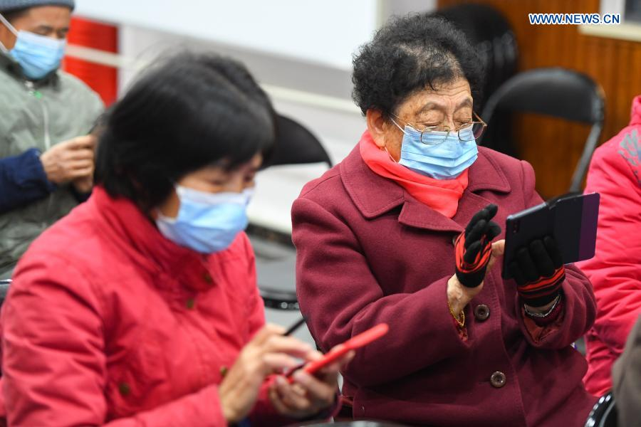 Elders learn to use smartphone at Xiajiachong community in Tianxin District of Changsha City, central China's Hunan Province, Jan. 12, 2021. The community has invited volunteers to teach the use of smartphone to elders, helping them keep pace with modern society. (Xinhua/Chen Zeguo)