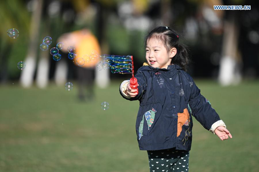 A child plays bubbles at Evergreen Park in Haikou, south China's Hainan Province, Jan. 12, 2021. (Xinhua/Pu Xiaoxu)