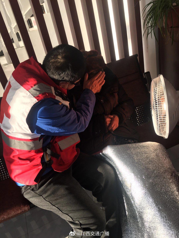 抚州南城一老人清晨路旁昏迷,红十字蓝天救援队施救转危为安