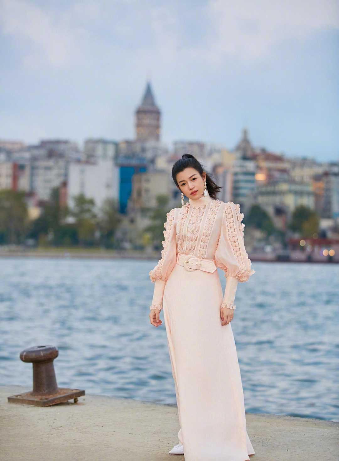 陈妍希的娃娃脸太有优势,穿黑色带配围巾减龄可爱,实用又舒适