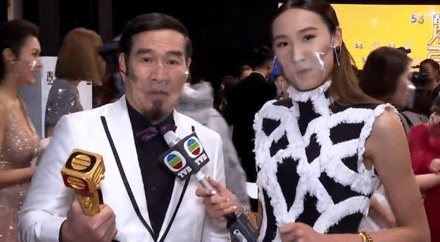 TVB主持颁奖礼采访,被批不尊重老戏骨白彪,采访张卫健爆哭走红