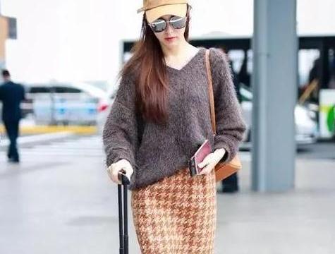 """今年流行一种裙子,叫""""铅笔裙"""",入冬后这样穿,时髦优雅还保暖"""