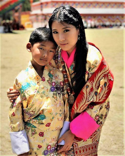 不丹美女公主生日照真惊艳!戴钻石发箍哪像41岁,90后王后输惨了