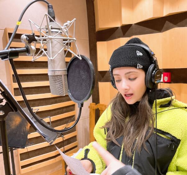 麦迪娜挑战录歌自称紧张,晒美照缓解气氛,却遭网友调侃过往