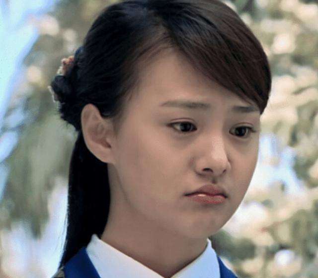 郑爽向金晨公开道歉后,现身直播置身事外,忘开美颜的脸蛋引热议
