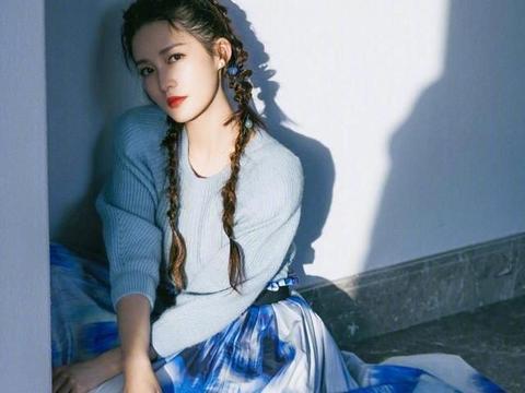 清纯女孩李沁的蓝色套装穿搭!毛衣+半身裙!可爱俏皮!