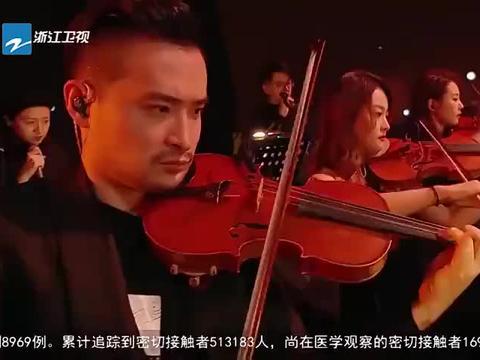 张韶涵炎亚纶演唱《没离开过》,演出最后那一抱,黄龄的表情亮了