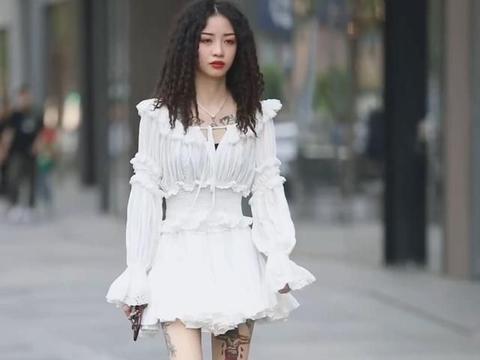 在白色雪纺裙子下面的小姐姐,还是很酷的女孩,大长腿真的很抢镜