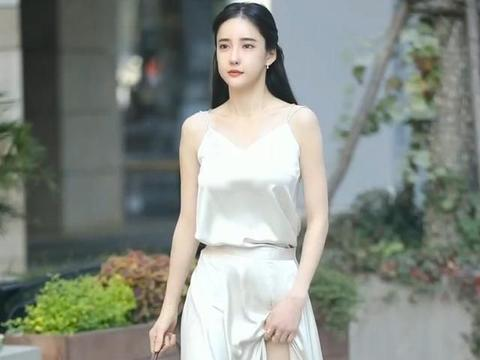 """高雅的绸缎吊带长裙,成为夏日街头最""""仙女"""""""