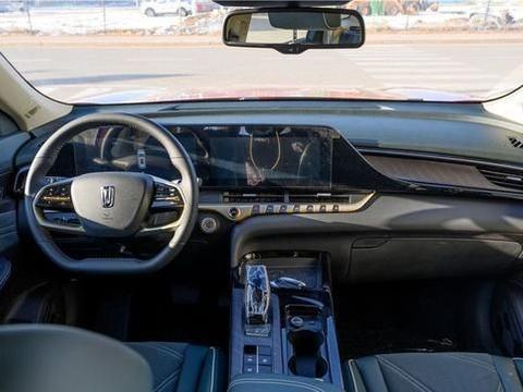 一汽奔腾T55内饰实拍图 车内布局简洁 一体式连屏展示较强科技感