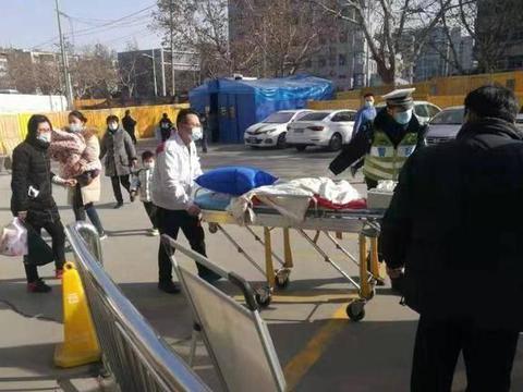 重症男婴急需转院上海 徐州交警紧急开道送出城区