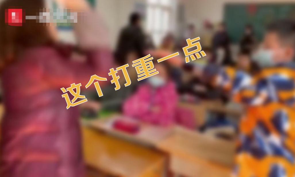 小学生教室排队挨老师竹板打手,拍摄者示意:这个要打重一点