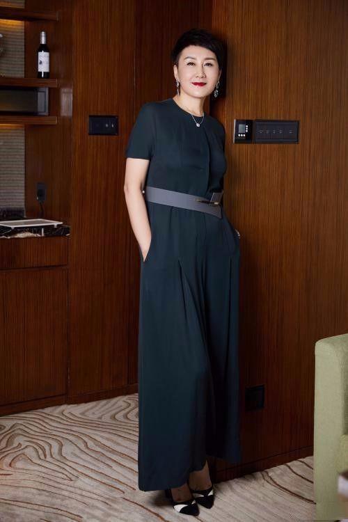 老了就不要穿太短的短裤,张凯丽搭雪纺衫扮嫩,没一点优雅气质!