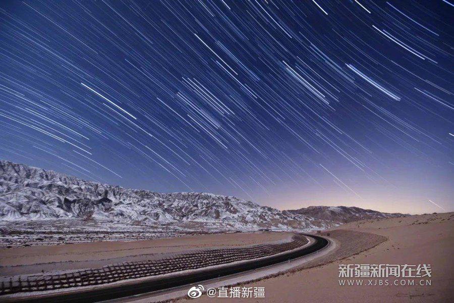 深冬时节,夜色中的博湖县博斯腾湖景区不仅有浩瀚的星河……