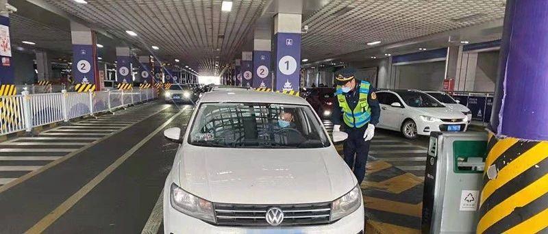 今天起,贵阳市出租车和网约车司乘人员必须全程佩戴口罩!