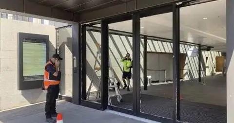新西兰国会大厦遭袭击 一男子手持斧头砸碎玻璃门