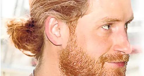 """哈里王子梳马尾辫,被男星邻居目睹,""""红发男神""""找到生发秘诀?"""