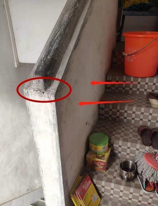 楼梯水泥扶手开裂,师傅拒绝直接砸掉,反问:钢筋连着粱怎么砸?