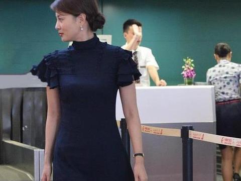 40岁刘芳菲气质太出众,一袭小黑裙走机场,温柔知性太优雅