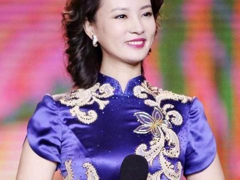 刘芳菲穿旗袍太惊艳,蓝色旗袍配卷发高贵典雅,气质太出众了