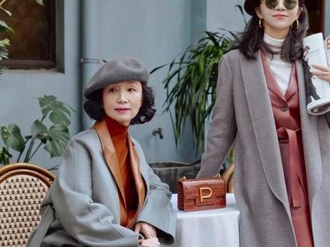"""三木母女入冬穿搭又""""升级""""了,大衣+皮衣,保暖又时髦"""