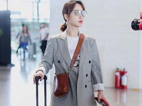 杨紫街拍:MO&Co.西装直筒裤Isabel Marant手袋干练商务