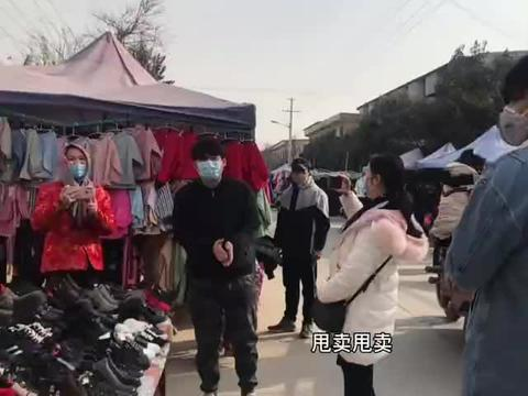 模特老公歌手姐夫回农村赶集,引来群众围观,误以为二人是网红?