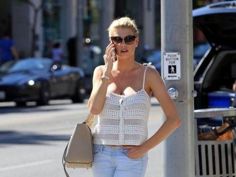 超模夏洛特·麦金尼出街被拍,网友:堪称男人眼中最完美身材!
