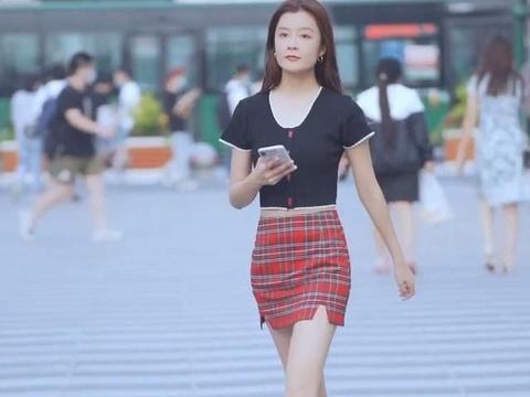 纯洁的姐姐穿着甜美的服装,苏格兰格子裙很时尚,黑半袖很有魅力