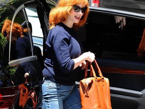 克里斯蒂娜穿蓝色毛衣搭牛仔裤休闲保暖,红发墨镜时尚魅力
