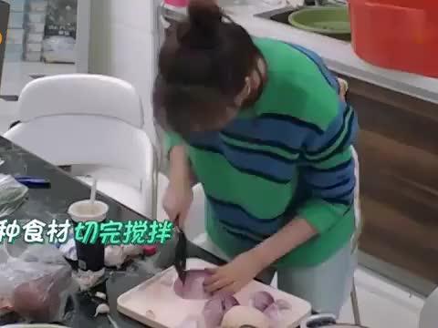 林允海陆洗澡盆腌辣白菜,直接倒六斤辣椒面,大张伟馋得直流口水