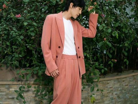 男生造型开始流行橘色系了,徐海乔一身西装搭配,超阳光大男孩气