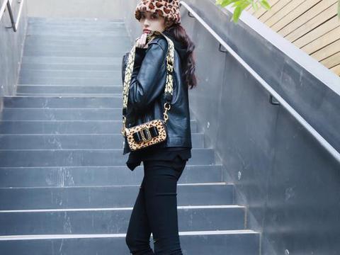 盖玥希的腿一般人模仿不来,皮衣配长裤看似很休闲,豹纹帽最吸睛
