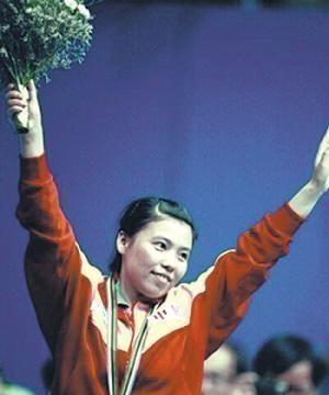 冠军邓亚萍14岁的儿子第一次出现,家里简易的笼子抽屉布发黄