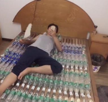 天气炎热,男子突发奇想,用空瓶子做凉席效果显著,还带按摩效果