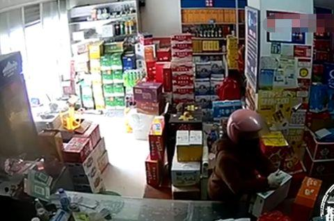 假冒村干部老婆,52岁农妇拿烟又拿酒,接连诈骗18家小店
