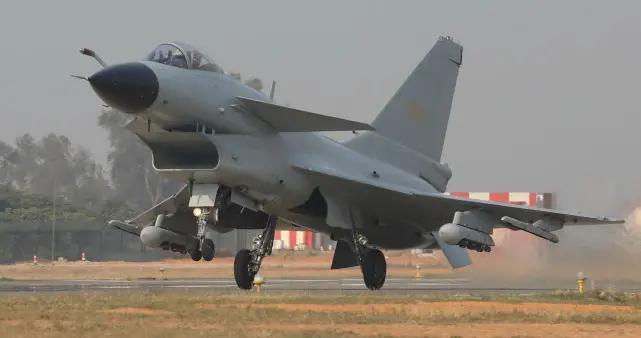 歼10迷你训练弹首次曝光,以超低成本提升战力,实力远超F16