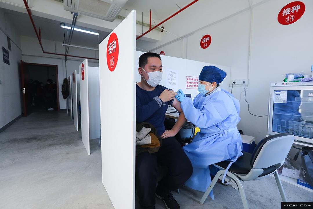 上海一线员工接种新冠疫苗全面启动 探访长宁区临时接种点