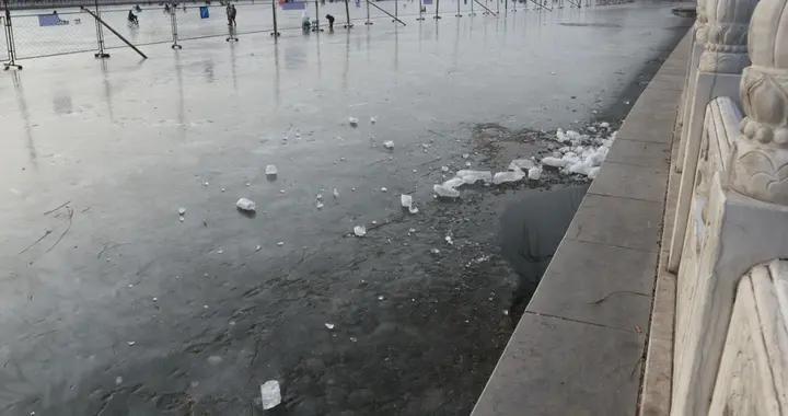 北京什刹海又现放生人群,冰上凿洞倒甲鱼泥鳅