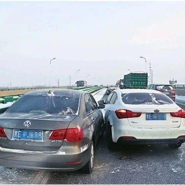 大广高速机场路1小时连发4起车祸!交警:雪后行车这样做……