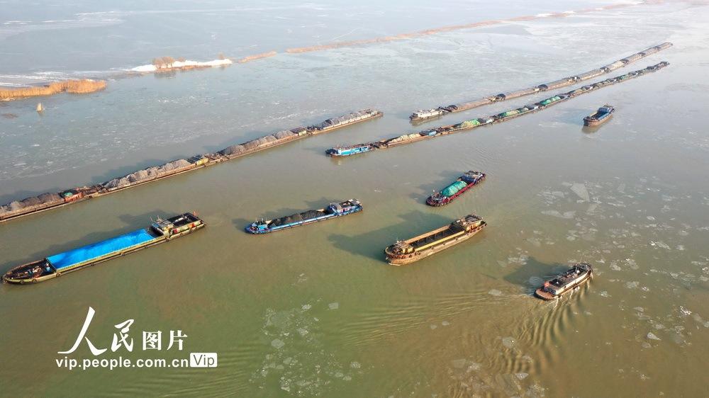 江苏淮安:洪泽湖气温回升 冰冻融化航运畅通