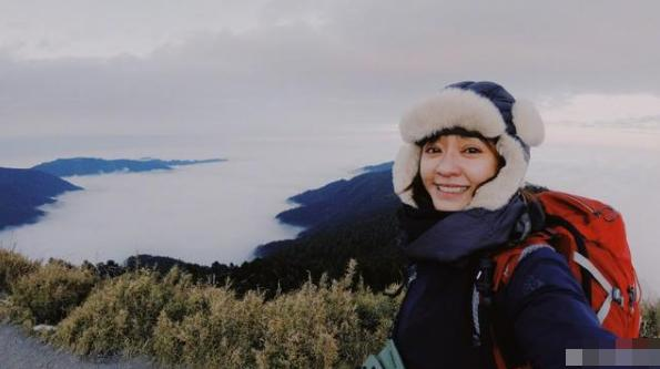 38岁陈意涵独自登山,装备齐全包裹严实,仍像十八岁少女