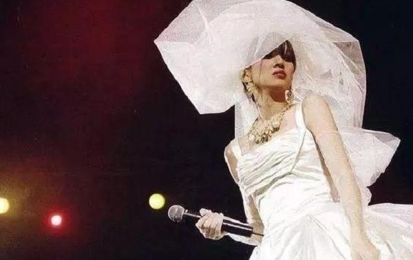 """梅艳芳躺刘德华怀里""""含泪离去"""",身穿婚纱的她,看后让人心疼"""