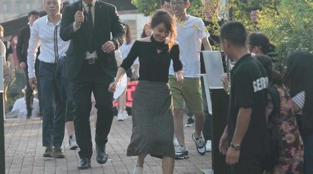 路人镜头下的闫妮状态超好,黑色挂脖上衣配半身裙,比30岁还美