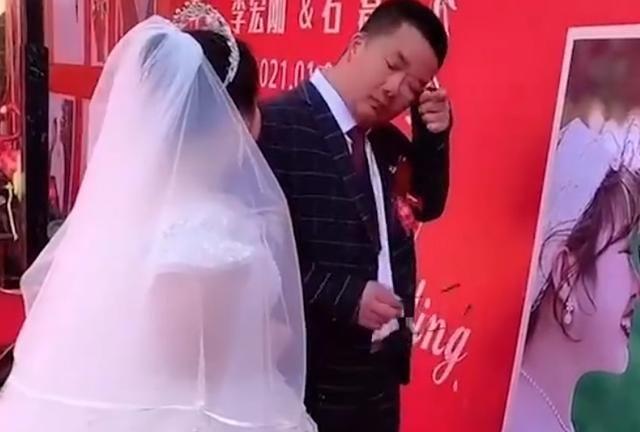 实拍!河北一新人婚礼上只有父母,新郎自责落泪,真相让人无奈